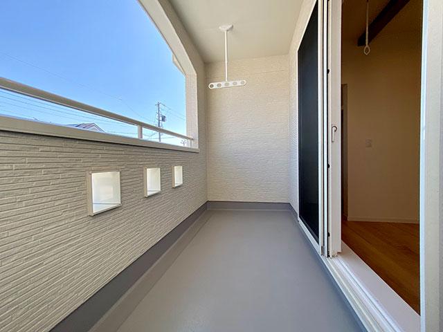 バルコニー<br> インナーバルコニーは屋根があるのでよっぽどの風や雨がふらない限り天候に左右されません。