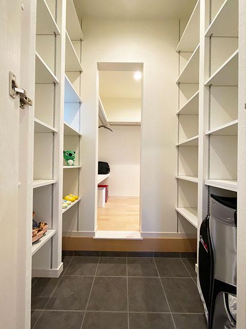 シューズCL<br> シューズCLからフィッティングルーム、洗面脱衣室へ繋がる動線を確保。