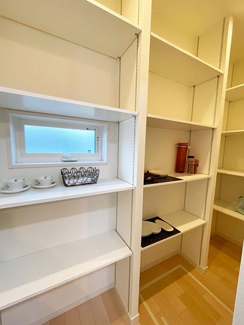 パントリー<br> キッチン後ろに食材をストックできる収納スペースを設けました。