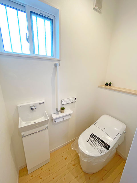 トイレ<br> 小窓の付いた明るいトイレです。ここで手洗いもできます!