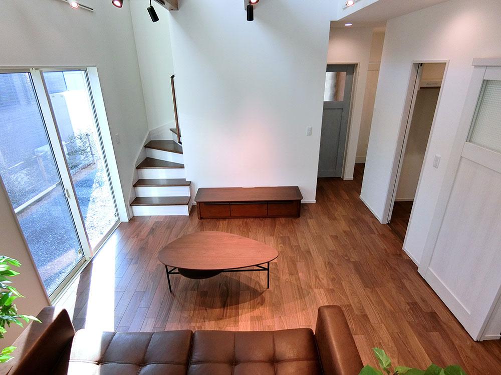 リビング階段のメリット<br> ・リビングが広く見える<br> ・子どもの階段の上り下りを見守ることができる<br> ・自然とコミュニケーションが増える