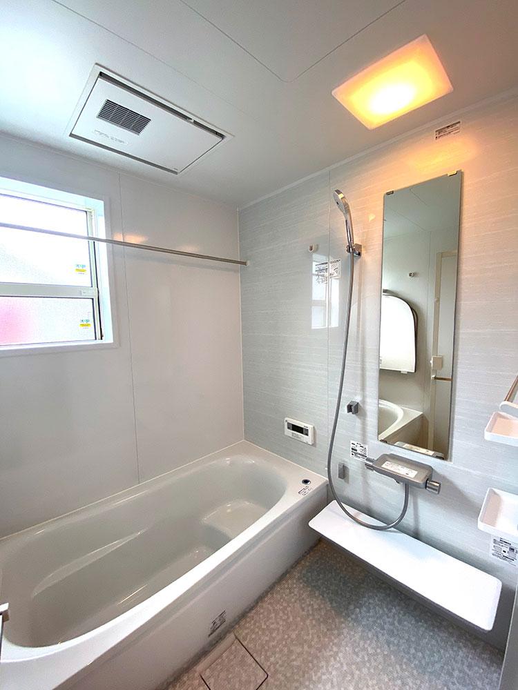 バスルーム<br> 清潔感のあるホワイトカラーの浴室です。お手入れも簡単なのでキレイを保てます。