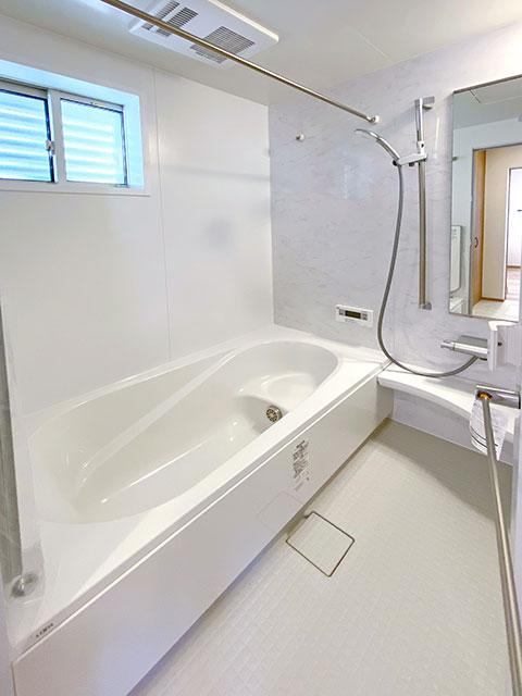 バスルーム<br> シンプルで落ち着いた空間に。浴室乾燥機付きで雨の日でも安心!