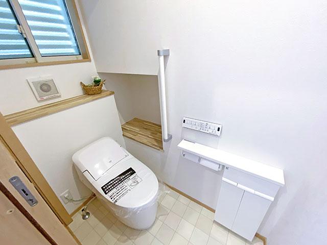 トイレ<br> トイレットペーパーなどをストックしておける棚を設置しました。