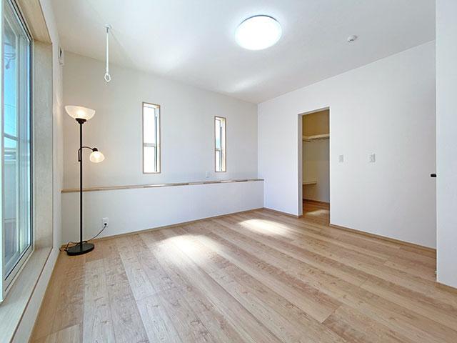 メインベッドルーム<br> バルコニーに繋がる窓と大きなウォークインクローゼットがあります。