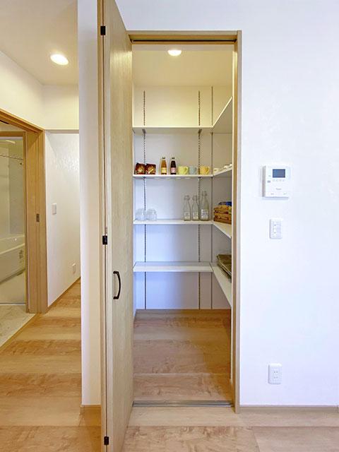 パントリー<br> 食材や調理器具だけでなく非常食もストックしておけます。