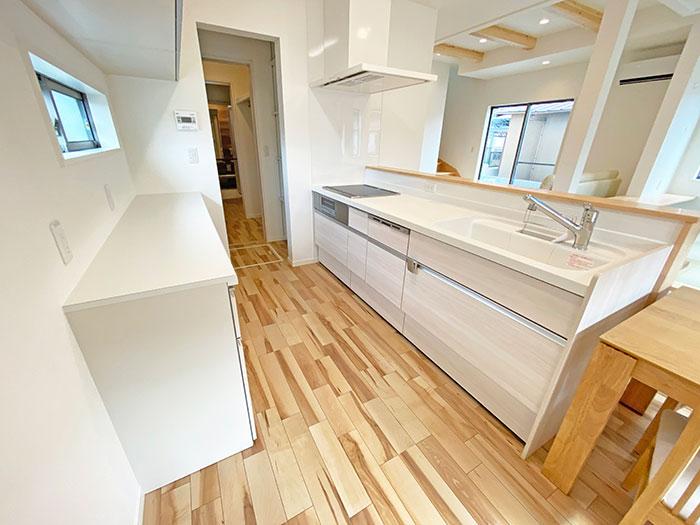 キッチン<br> ランドリーまで一直線!洗い物をしている間に洗濯機の様子が分かって便利です。