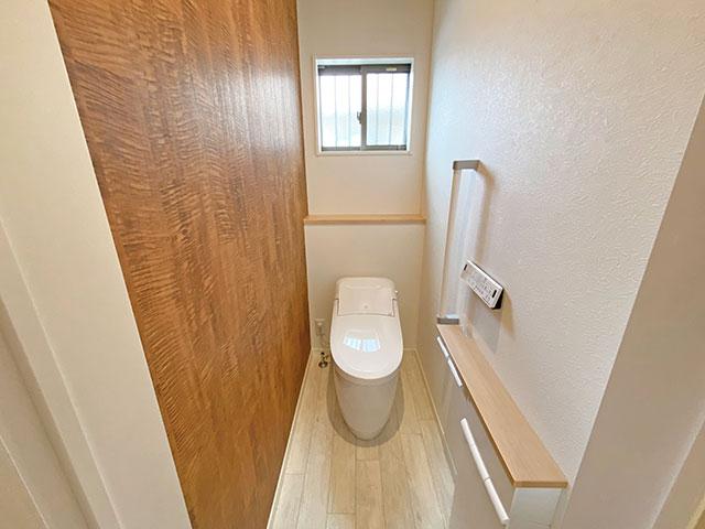 1階トイレ<br> コンパクト&ローシルエットデザインがゆとりの空間を演出。自動開閉なので腰への負担軽減・節電・便フタを極力触りたくないという方にも最適です。