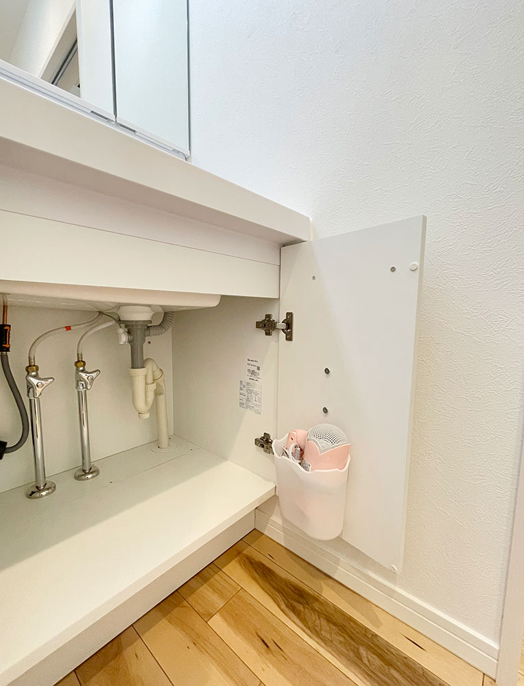 洗面台の下<br> ここにヘアアイロンをしまったりもできます! ダストボックスとしても使えるかもしれません。