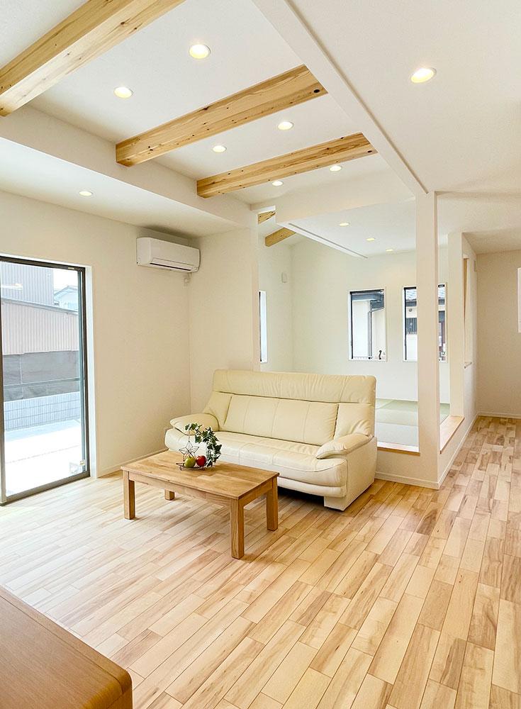リビング<br> ナチュラルテイストのLDK。<br> 家の雰囲気に合ったナチュラルなソファやローテーブル、テレビボードも素敵♪<br> ※ベスト・ハウジングの建売住宅は家具付きです!