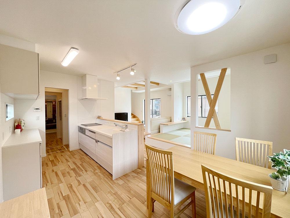 キッチン<br> ランドリーまで一直線!洗い物をしている間でも洗濯機の様子が分かって便利です。