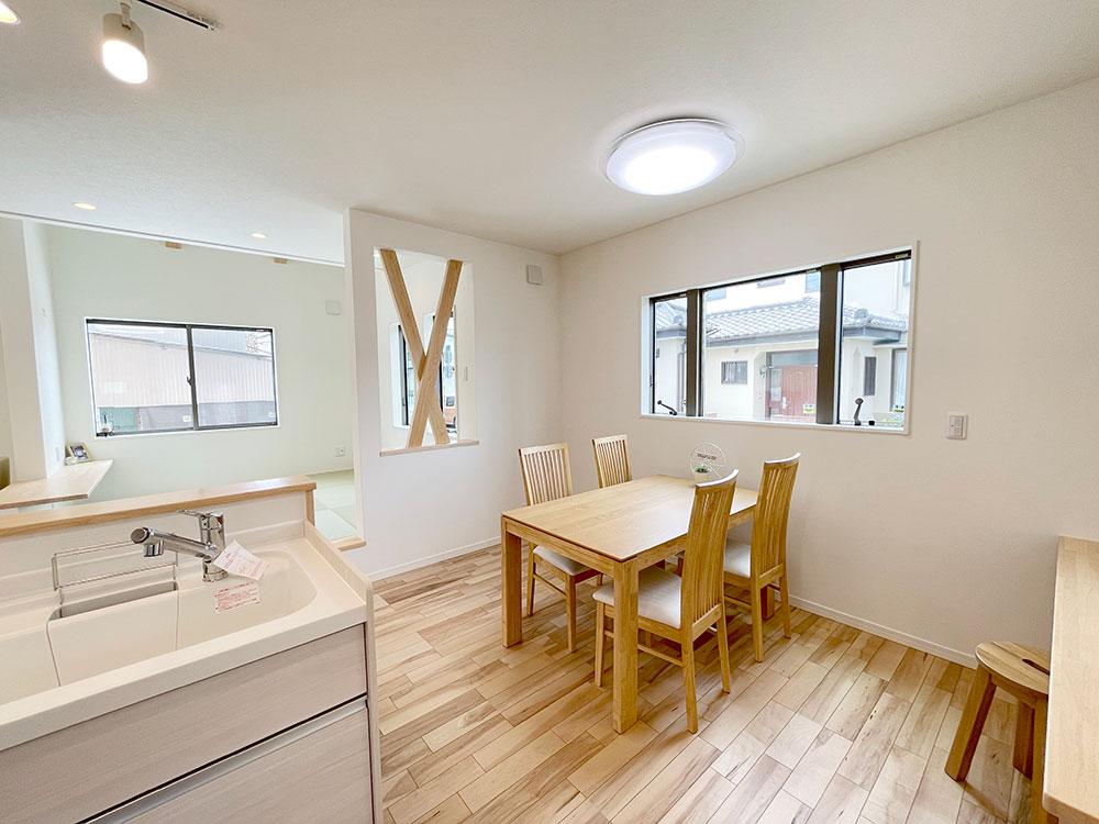 ダイニング<br> 床の色と合わせた落ち着きのあるダイニング。 新しくダイニングを買わなくていいのも嬉しいですよね♪<br> ※ベスト・ハウジングの建売住宅は家具付きです!