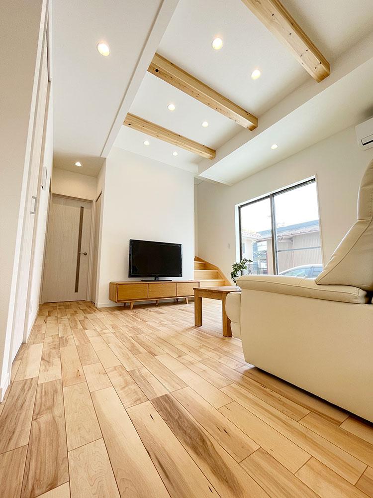 LDKを見上げた様子<br> 折り上げ天井が部屋に奥行きや広がりを感じさせます。