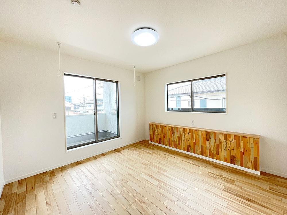8帖のメインベッドルーム<br> ダブルベッドを置いても余裕のあるお部屋になります。飾り棚にはスマホやティッシュを置くことができます。
