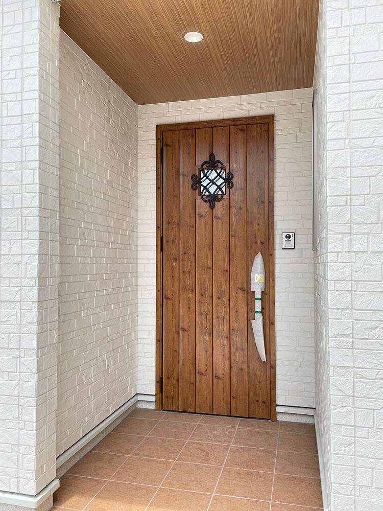 玄関</br> アンティークな雰囲気の可愛いドアです。
