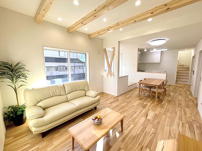 リビング<br> 天井高2.7mのリビングに広々とした空間。化粧梁が木質感も創出。
