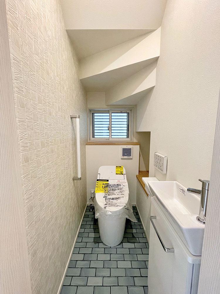 1階TOTOのトイレ<br> フチなし形状、お掃除リフト付き、ウォシュレットノズル 除菌水が自動で洗浄