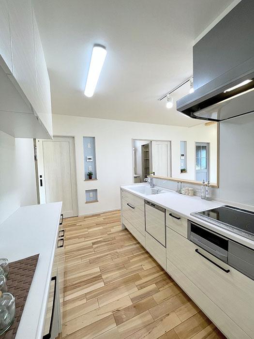 キッチン<br> タカラの木製キッチン。鉄の強さとガラスの美しさをあわせ持つ高品位ホーローが各所に使われています。