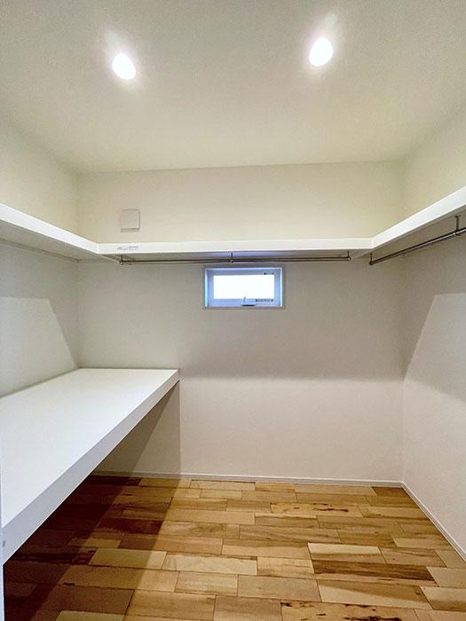 ウォークインクローゼット<br> 9.3帖のお部屋にはひろびろウォークインCLがついています。季節ものやお布団はすべてここへ。