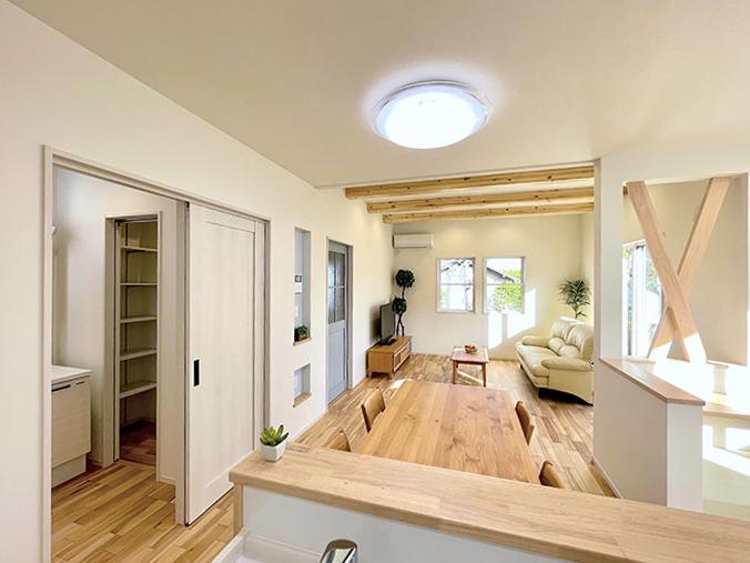 家事動線<br> 家事動線を考えキッチンからすぐにランドリーへ向かえるようにしました。