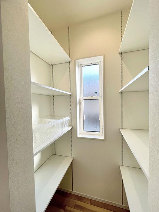 パントリー<br> パントリーも上まで棚になっているのでたくさん収納が可能。可動棚で自由に動かせるのもポイント!