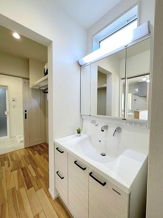 洗面化粧台<br> タカラの洗面化粧台:洗練されたフォルムのボウル一体型カウンター、3面鏡