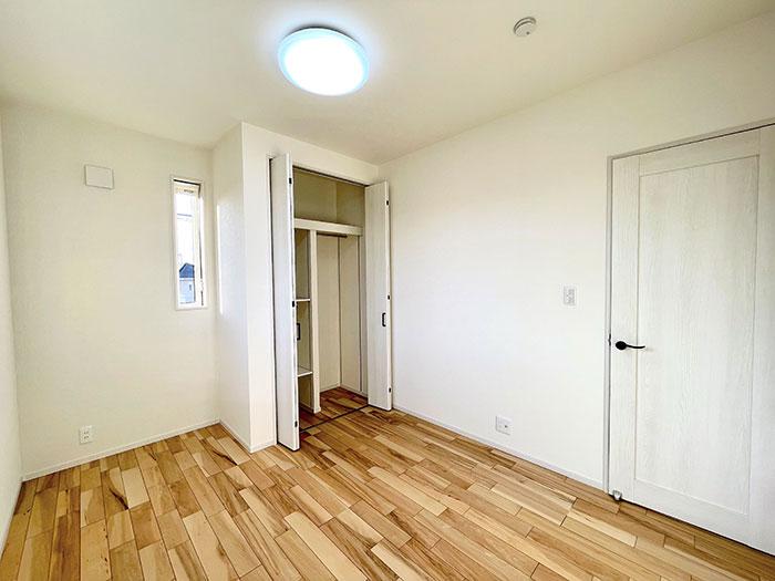 2階5.4帖のお部屋<br> 階段近くのお部屋なので一番早く起きる又は一番帰りの遅い人に最適かもしれません。