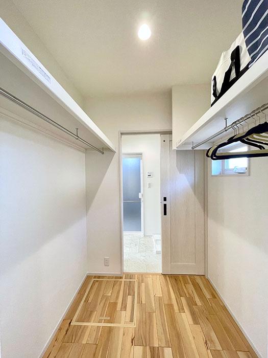 ファミリークローゼット<br> 家族共有のファミリークローゼットは、洗面からも脱衣室からも入れます。
