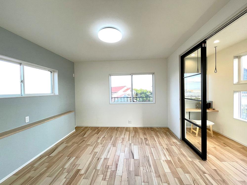 2階9.3帖のお部屋<br> ちょっとしたカウンターを設置。本を置いたりスマホ充電ができます。