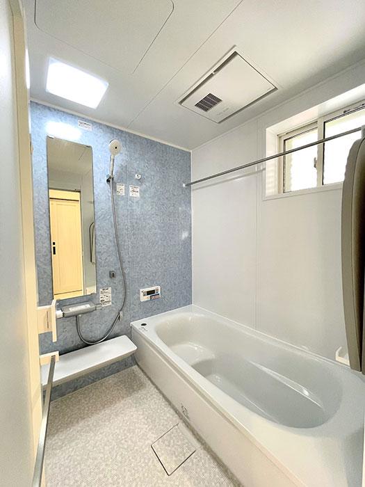 バスルーム<br> 乾きやすく・カビにくくお手入れがラクな床に断熱材で包み込んだ魔法びん浴槽。浴室換気暖房乾燥機付き。