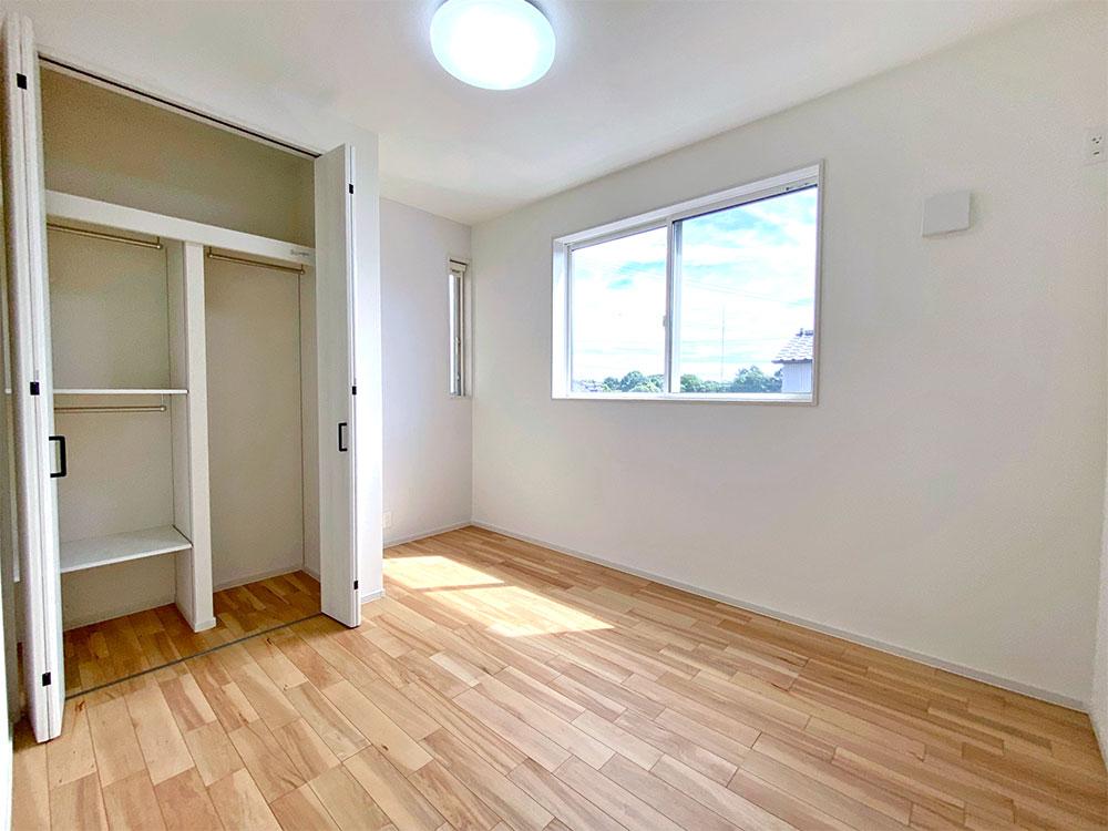 2階真ん中の5.4帖のお部屋<br> 主寝室の隣りなので子供部屋に最適です。