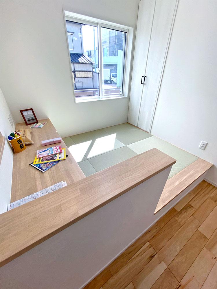 和空間<br> 和空間は座って宿題などができるようにカウンターを設置。
