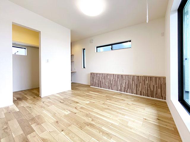 メインベッドルーム<br> 寝室にはバルコニーに繋がる窓と広々としたウォークインクローゼット付き♪
