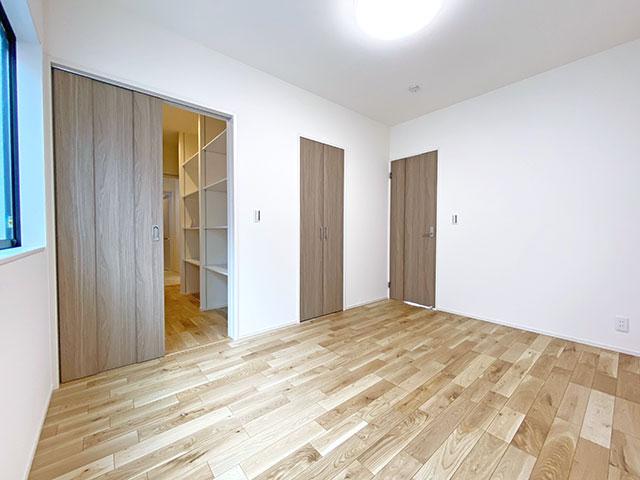 1階ベッドルーム<br> ファミリークローゼットを抜けると6帖のベッドルームがございます。