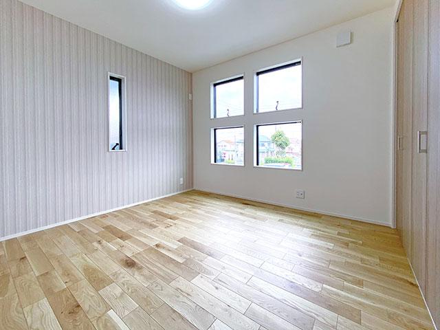 ベッドルーム<br> 子供部屋におすすめ!四角い窓が特徴的な可愛らしいお部屋です。