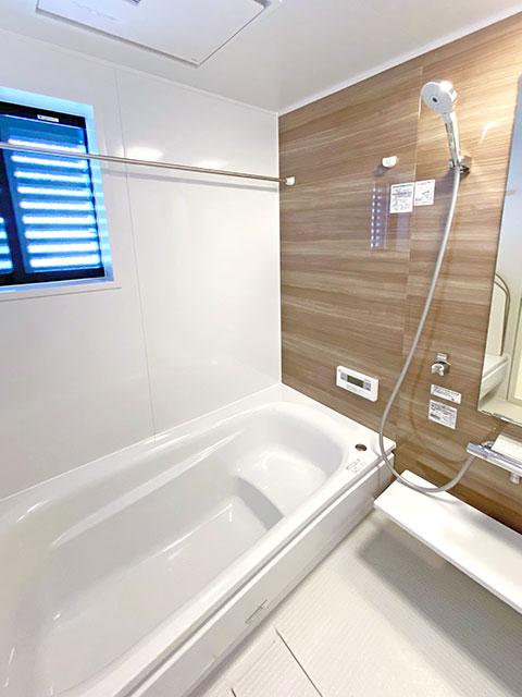 バスルーム<br> シンプルで落ち着いた空間。浴室乾燥機付きで雨の日のお洗濯も安心。
