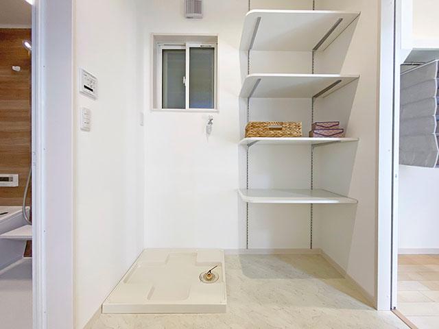 ランドリー<br> 洗濯機の横に収納スペースをたっぷり確保!