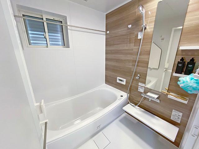 バスルーム<br> 重厚感のあるダークカラーの木目調を採用。