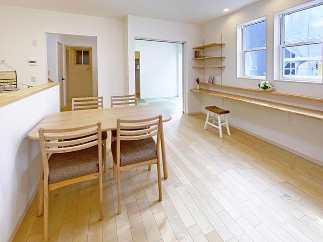 ダイニング<br> 1階の中心には家族の憩いの場になるダイニングを配置。
