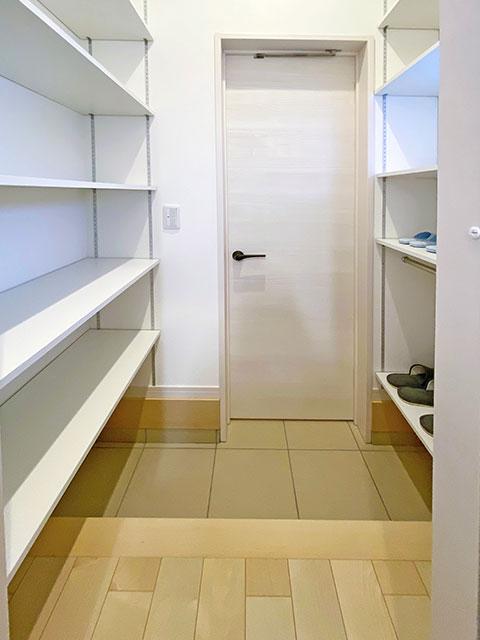 シューズクローゼット<br> 玄関からキッチンを繋ぐ通り抜け可能なシューズクローゼット。