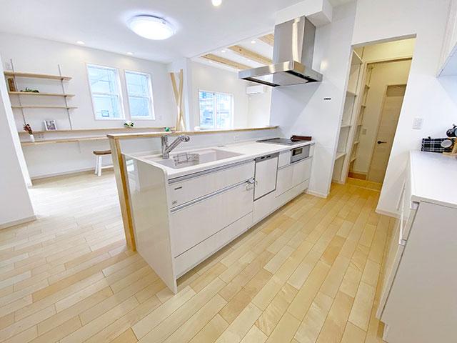 キッチン<br> 行き止まりがないのでキッチンからすぐにお客さんを迎えることができます。