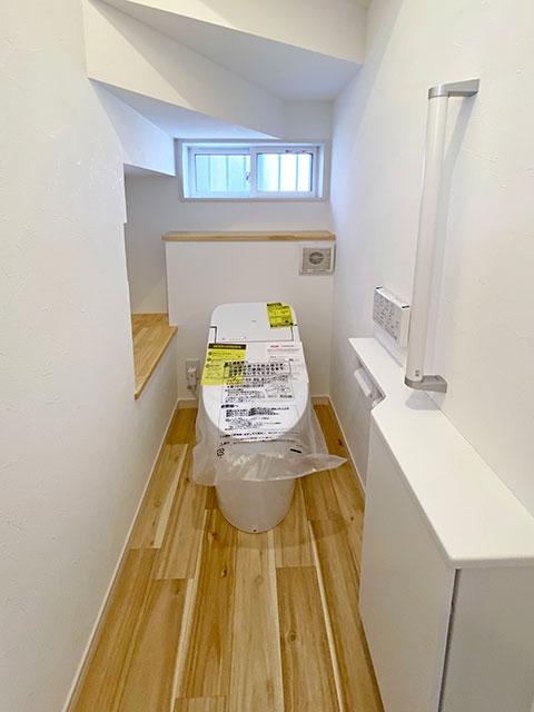 トイレ<br> 手すり付きで安心!暖かみのあるトイレです。