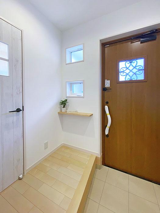 エントランス<br> アンティーク調の可愛らしい扉を採用しました♪
