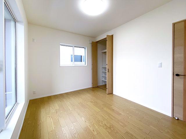 ベッドルーム<br> 大きな窓から自然の優しい光が降り注ぐ明るい室内です。