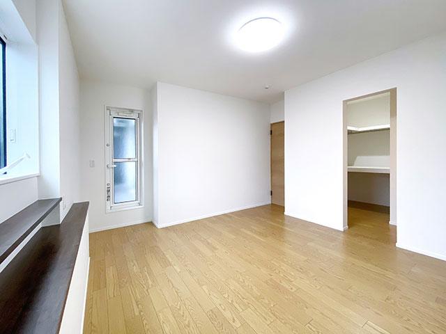 メインベッドルーム<br> 書斎とウォークインクローゼット付きの大きな寝室です。