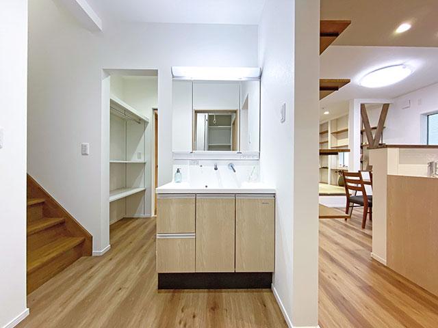 スタイリングエリア<br> エントランスから手を洗ってキッチンへ行ける家事動線を作りました。