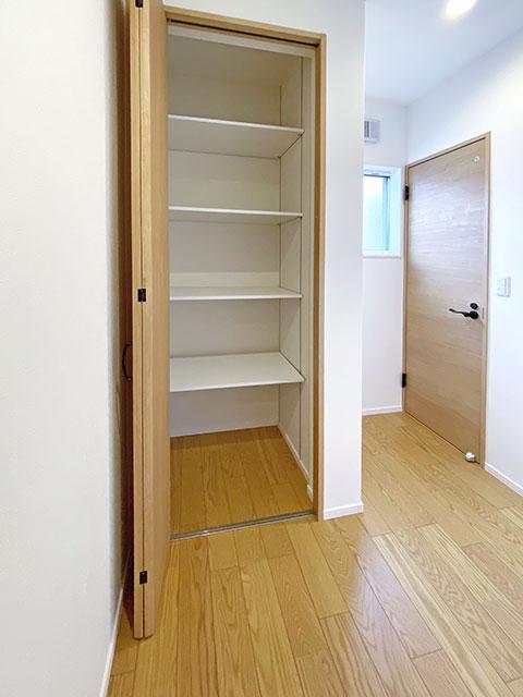 収納<br> 2階には扉付きの棚を配置しました。