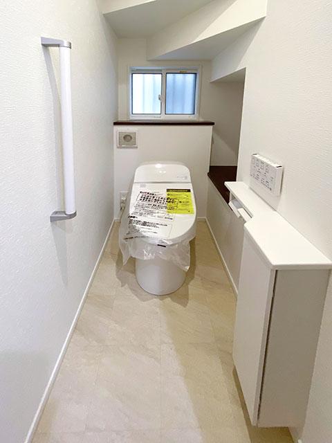 トイレ<br> 手すり付きで安心です!トイレットペーパー等が置けるスペースも確保しました。