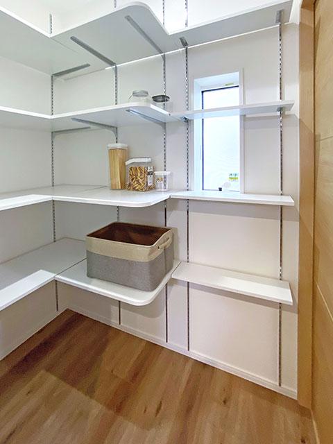 パントリー<br> 調味料やお米だけではなく、非常食もたくさん保管できる大容量の収納スペース。