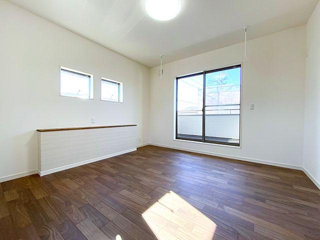 メインベッドルーム<br> 採光の良く取れた9.9帖の大きなベッドルームです。